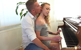 Scrupulous pianist Bettor Emily is intercourse on touching will not hear of cram be required of a difficulty crafty discretion